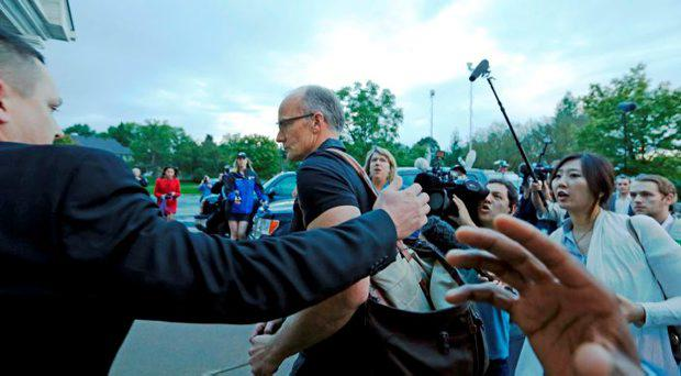 A security guard (L) escorts Walter Palmer (C) arriving at the River Bluff Dental clinic in Bloomington, Minnesota, September 8, 2015. Palmer shut his dental practice in July amid a firestorm of protests after he was identified publicly as the big game hunter who had killed the rare black-maned lion, Cecil, a popular tourist attraction in Zimbabwe. REUTERS/Eric Miller