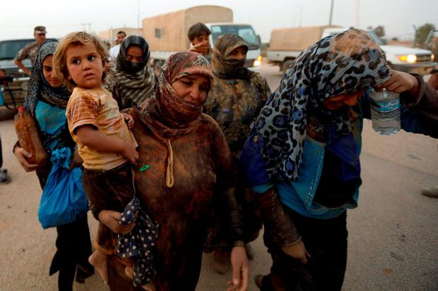Syrian refugees covered with dust arrive at the Trabeel border, after they crossed into Jordanian territory with their families, near the northeastern Jordanian border with Syria, and Iraq, near the town of Ruwaished, east of Amman September 10, 2015. REUTERS/Muhammad Hamed