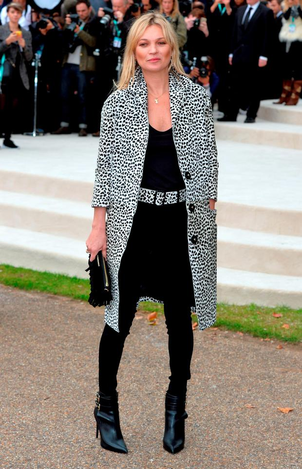 Kate Moss attends the Burberry Prorsum show during London Fashion Week Spring/Summer 2016/17 on September 21, 2015 in London, England. (Photo by Anthony Harvey/Getty Images)