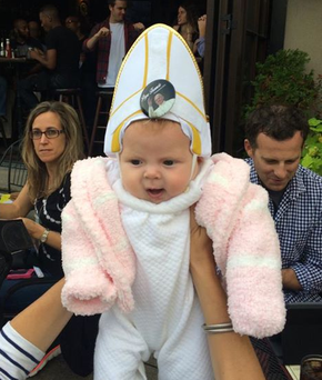 Little Quinn Madden caught the Pontiff's eye in her custom-made costume (Photo: Twitter/Rosann Cozza)