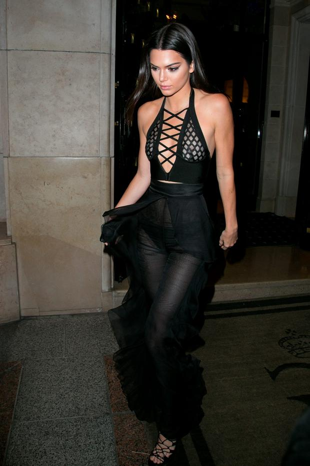 Kendall Jenner leaves the 'Four Seasons George V' hotel to attend the Olivier Rousteing Dinner as part of the Paris Fashion Week Womenswear Spring/Summer 2016 on September 30, 2015 in Paris, France. (Photo by Marc Piasecki/Getty Images)