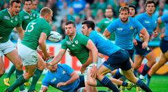 Robbie Henshaw, Ireland, offloads to team-mate Keith Earls who went on score his side's first try, while being tackled by Leonardo Sarto, Italy. 2015 Rugby World Cup, Pool D, Ireland v Italy. Olympic Stadium, Stratford, London, England. Picture credit: Stephen McCarthy / SPORTSFILE