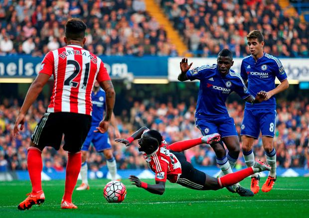 Southampton's Senegalese midfielder Sadio Mane (C) falls to the ground in the penalty area after a challenge by Chelsea's Brazilian midfielder Ramires (2nd R)