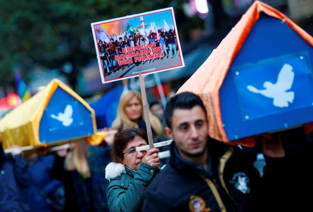 Demonstrators carry mock coffins to comemorate the victims of Saturday's bombing of an Ankara rally of pro-Kurdish activists and civic groups, as they march through the streets of Frankfurt, Ocotber 14, 2015. REUTERS/Kai Pfaffenbach
