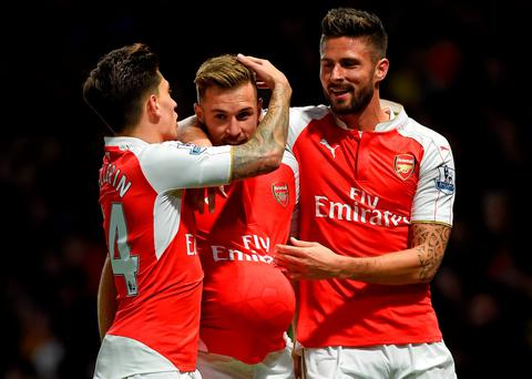 Arsenal's Welsh midfielder Aaron Ramsey (C) celebrates with Arsenal's Spanish defender Hector Bellerin and Arsenal's French striker Olivier Giroud (R) after scoring their third goal