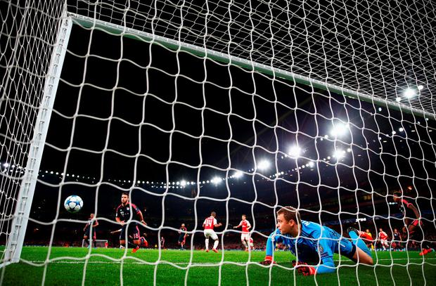 LONDON, ENGLAND - OCTOBER 20: Manuel Neuer of Bayern Munich makes a save from Theo Walcott of Arsenal during the UEFA Champions League Group F match between Arsenal FC and FC Bayern Munchen at Emirates Stadium on October 20, 2015 in London, United Kingdom. (Photo by Paul Gilham/Getty Images)