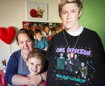 Brave Molly Taylor (9) with mum Lisa with giant cut-out of Niall Horan