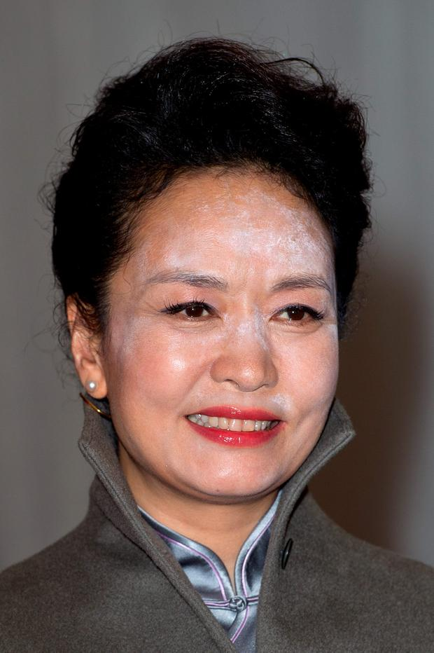 LONDON, ENGLAND - OCTOBER 21: Madame Peng Liyuan arrives at the Lord Mayors banquet at The Guildhall on October 21, 2015 in London, England. The President of the People's Republic of China, Mr Xi Jinping and his wife, Madame Peng Liyuan, are paying a State Visit to the United Kingdom as guests of The Queen. They will stay at Buckingham Palace and undertake engagements in London and Manchester. The last state visit paid by a Chinese President to the UK was Hu Jintao in 2005. (Photo by Ben Pruchnie/Getty Images)