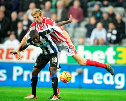 Newcastle United's Chancel Mbemba and Stoke City's Peter Crouch (right) battle for the ball during the Barclays Premier League match at St James' Park, Newcastle. PRESS ASSOCIATION Photo. Picture date: Saturday October 31, 2015. See PA story SOCCER Newcastle. Photo credit should read: Steve Drew/PA Wire. RESTRICTIONS: EDITORIAL USE ONLY No use with unauthorised audio, video, data, fixture lists, club/league logos or