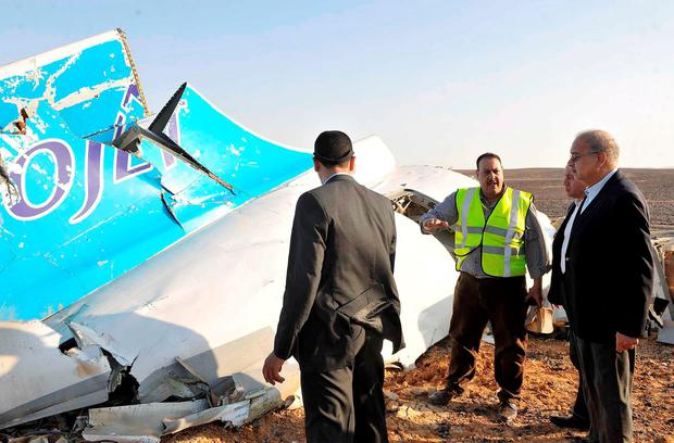 Egypt's Prime Minister Sherif Ismail (R) listens to rescue workers as he looks at the remains of a Russian airliner after it crashed in central Sinai near El Arish city, north Egypt, October 31, 2015. REUTERS/Stringer
