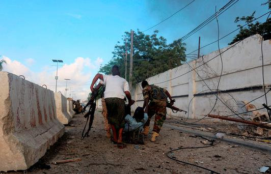 Somali soldiers evacuate their colleague who was wounded during an exchange of fire with Islamist al Shabaab gunmen outside a hotel in Somalia's capital Mogadishu, November 1, 2015. REUTERS/Feisal Omar
