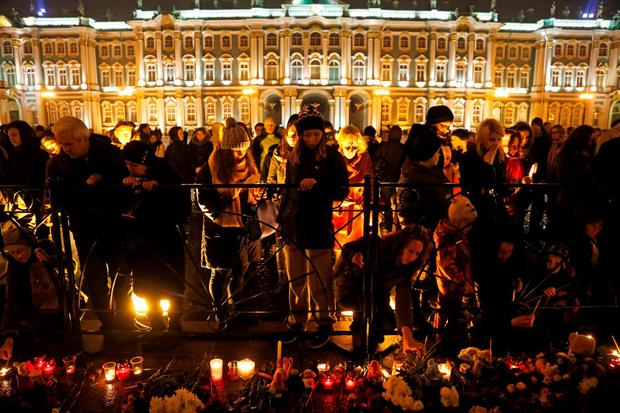 People gathered to light candles yesterday during a day of mourning for the plane crash victims in St. Petersburg, Russia