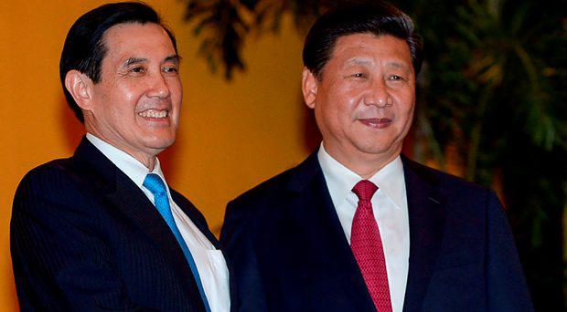 Chinese President Xi Jinping (R) shakes hands with Taiwan President Ma Ying-jeou before a meeting at Shangrila hotel in Singapore on November 7, 2015