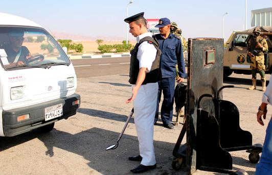 Police inspects cars going into the airport of the Red Sea resort of Sharm el-Sheikh, November 7, 2015. REUTERS/Asmaa WaguihĮĮ