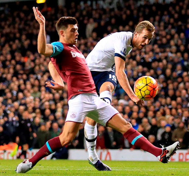 Tottenham Hotspur's Harry Kane (right) shoots wide of the mark, under pressure from West Ham United's Aaron Cresswell (left) during the Barclays Premier League match at White Hart Lane, London. PRESS ASSOCIATION Photo. Picture date: Sunday November 22, 2015. See PA story SOCCER Tottenham. Photo credit should read: Nigel French/PA Wire. RESTRICTIONS: EDITORIAL USE ONLY No use with unauthorised audio, video, data, fixture lists, club/league logos or