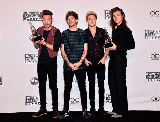 Liam Payne, from left, Louis Tomlinson, Niall Horan and Harry Styles of One Direction pose in the press room with the award for artist of the year at the American Music Awards at the Microsoft Theater on Sunday, Nov. 22, 2015, in Los Angeles. (Photo by Jordan Strauss/Invision/AP)