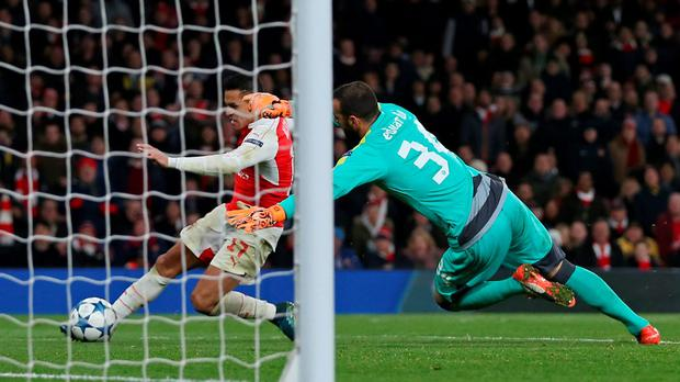 Arsenal v Dinamo Zagreb - UEFA Champions League Group Stage - Group F - Emirates Stadium, London, England - 24/11/15 Alexis Sanchez scores the third goal for Arsenal Action Images via Reuters / Matthew Childs Livepic EDITORIAL USE ONLY.