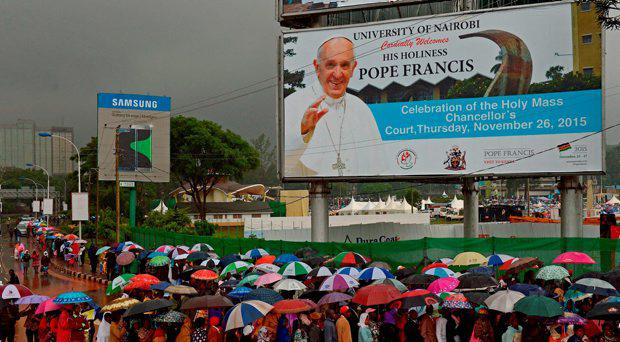 Crowds queue in the rain as they wait to access a mass by Pope Francis during his visit to Africa in Nairobi on November 26, 2015