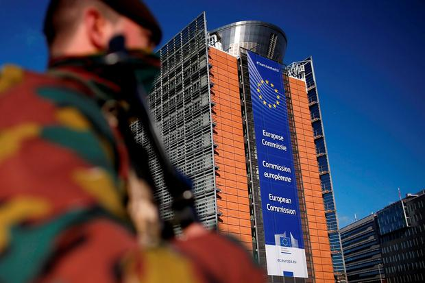 Belgian soldiers patrol outside the European Commission headquarters during a continued high level of security following the recent deadly Paris attacks, Belgium, November 26, 2015. Reuters/Benoit Tessier