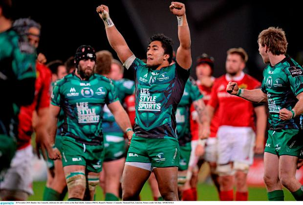 Bundee Aki, Connacht, celebrates his side's victory at the final whistle. Guinness PRO12, Round 8, Munster v Connacht. Thomond Park, Limerick. Picture credit: Seb Daly / SPORTSFILE