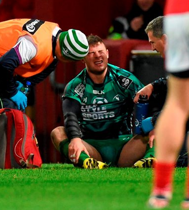 28 November 2015; Robbie Henshaw, Connacht, receives medical attention during the second half. Guinness PRO12, Round 8, Munster v Connacht. Thomond Park, Limerick. Picture credit: Diarmuid Greene / SPORTSFILE