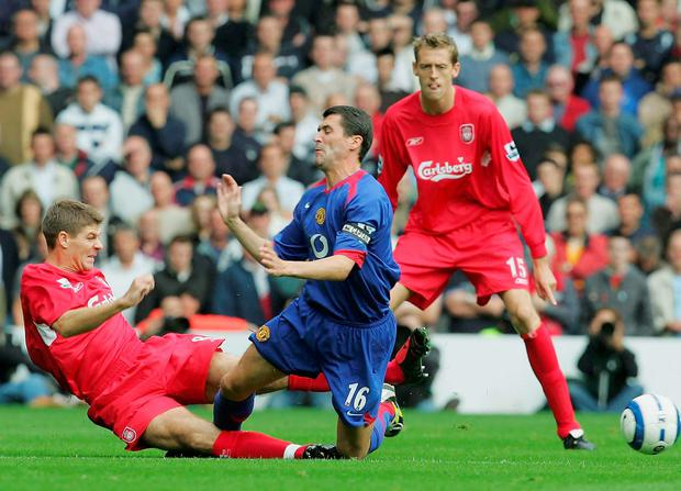 Roy Keane of Manchester United clashes with Steven Gerrard