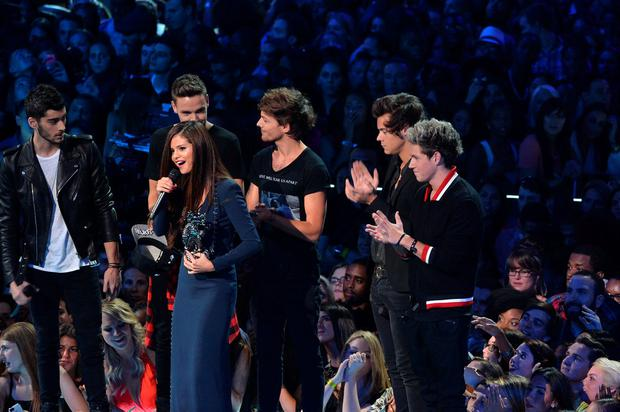 Selena Gomez speaks onstage with One Direction during the 2013 MTV Video Music Awards at the Barclays Center on August 25, 2013 in the Brooklyn borough of New York City. (Photo by Rick Diamond/Getty Images for MTV)