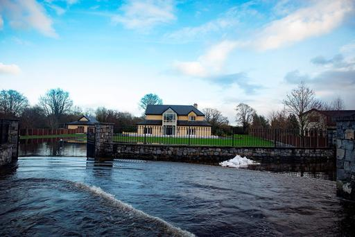 Members of the Irish Army placing sandbags around a house in Castleconnell to protect it against flooding in the area. Picture: Arthur Carron