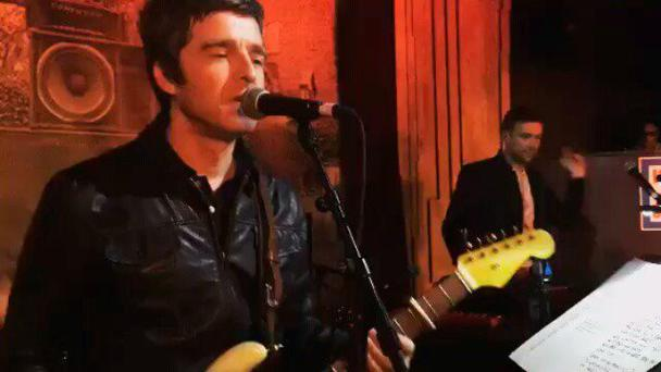 Noel Gallagher and Damon Albarn perform together