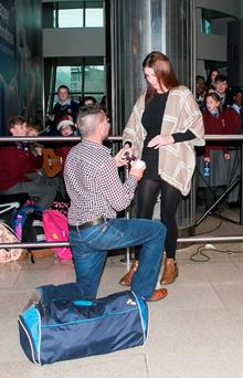 Martin Mulroe pictured proposing to his girlfriend Louise Mooney at Dublin Airport this morning