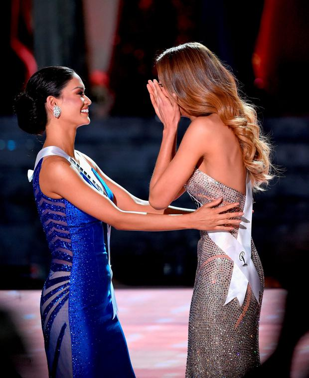 Miss Philippines 2015, Pia Alonzo Wurtzbach (L), reacts as Miss Colombia 2015, Ariadna Gutierrez (R), is incorrectly named 2015 Miss Universe (Photo by Ethan Miller/Getty Images)