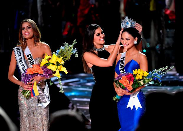Miss Philippines 2015, Pia Alonzo Wurtzbach (R), reacts as she is crowned the 2015 Miss Universe by 2014 Miss Universe Paulina Vega (C) during the 2015 Miss Universe Pageant at The Axis at Planet Hollywood Resort & Casino on December 20, 2015 in Las Vegas, Nevada. Miss Colombia 2015, Ariadna Gutierrez (L), was mistakenly named as Miss Universe 2015 instead of First Runner-up. (Photo by Ethan Miller/Getty Images)