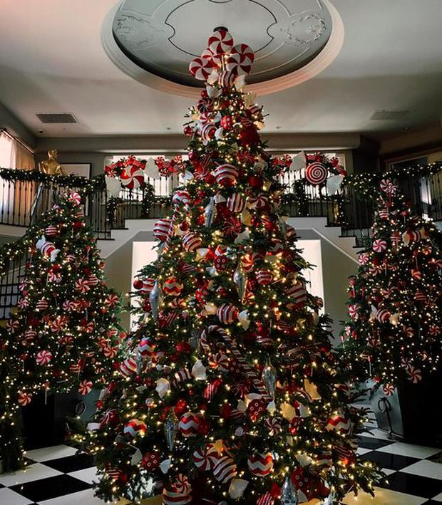 Kim Kardashian Christmas House.Behind The Scenes At Kris Jenner S Glitzy Christmas Eve Bash