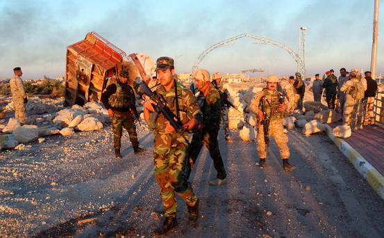 Iraqi security forces gather to advance towards the centre of Ramadi city, December 25, 2015. Iraqi troops who have fought their way deep into the Islamic State stronghold of Ramadi were consolidating their positions on Friday ahead of a planned final assault to capture the city. Picture taken December 25, 2015. REUTERS/Stringer