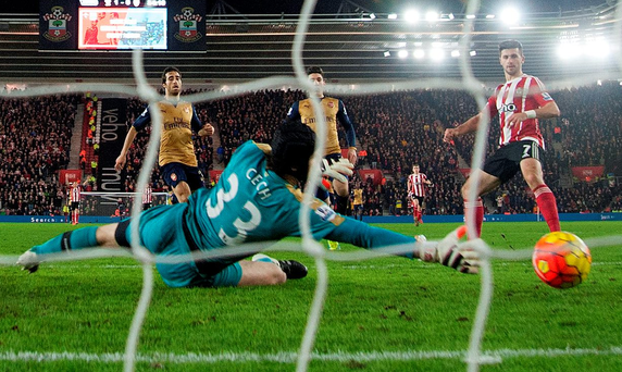 Shane Long slots the ball past Petr Cech during Southampton's victory against Arsenal Photo: Reuters / Alan Walter