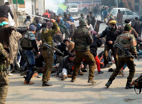 Indian police officers tackle Kashmiri Shi'ite Muslims during a protest in Srinagar against the execution of Nimr al-Nimr. Photo: Reuters