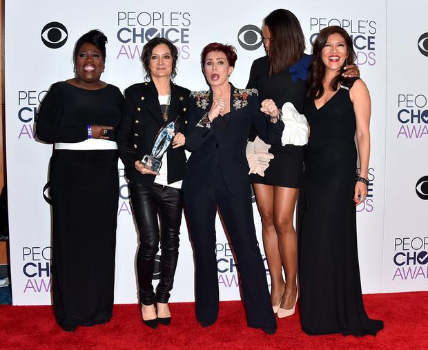 From left, Sheryl Underwood, Sara Gilbert, Sharon Osbourne, Aisha Tyler, and Julie Chen pose in the press room with the award for favorite daytime tv hosting team for The Talk at the People's Choice Awards at the Microsoft Theater on Wednesday, Jan. 6, 2016, in Los Angeles. (Photo by Jordan Strauss/Invision/AP)