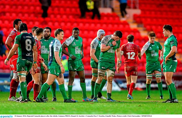 Dejected Connacht players after the whistle. Guinness PRO12, Round 12, Scarlets v Connacht, Parc Y Scarlets, Llanelli, Wales. Picture credit: Chris Fairweather / SPORTSFILE