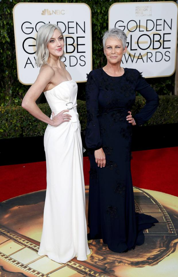 Annie Guest (L) and actress Jamie Lee Curtis arrive at the 73rd Golden Globe Awards in Beverly Hills, California January 10, 2016. REUTERS/Mario Anzuoni