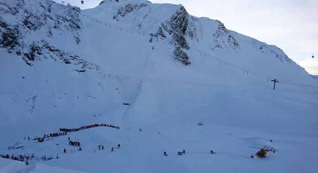 Major rescue operation in French Alps (Photo: Twitter/ Tim Rhodes/BBC)