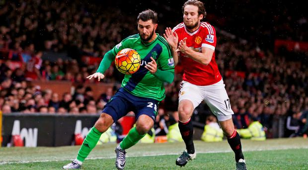 Manchester United's Daley Blind challenges Southampton's Charlie Austin for the ball. Photo: Reuters / Andrew Yates.