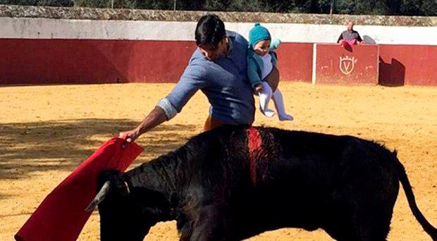 Francisco Rivera Ordóñez bullfighting with his baby daughter