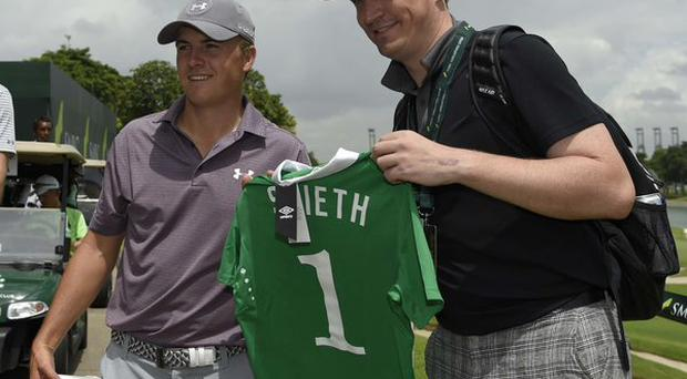 Kenneth Quillinan presents golfer Jordan Spieth with a personalised Ireland jersey. Pic Credit: Twitter @KennethQuillna