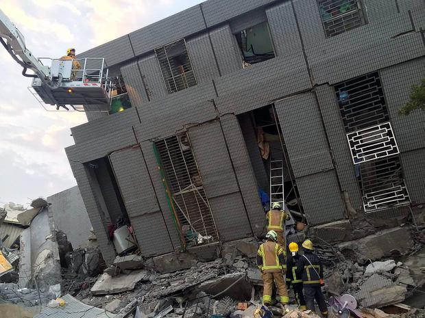 Rescue personnel work at a damaged building after an earthquake in Tainan, southern Taiwan, in this February 6, 2016 file photo. REUTERS/Pichi Chuang/Files