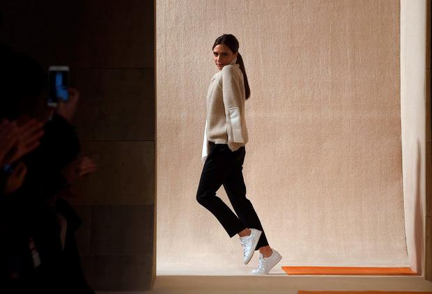 Victoria Beckham greets the audience after presenting her creations during the Fall 2016 New York Fashion Week on February 14, 2016, in New York. / AFP / Jewel SamadJEWEL SAMAD/AFP/Getty Images