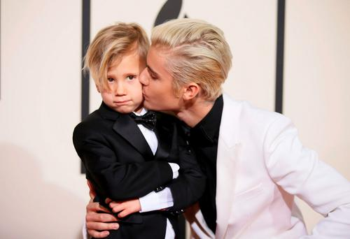 Singer Justin Bieber (R) and his brother, Jaxson, arrive at the 58th Grammy Awards in Los Angeles, California February 15, 2016. REUTERS/Danny Moloshok