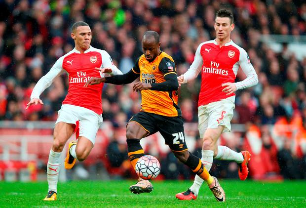 Sone Aluko (C) of Hull City controls the ball under pressure of Kieran Gibbs (L) and Laurent Koscielny (R) Photo: Getty