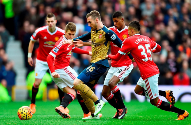 MANCHESTER, ENGLAND - FEBRUARY 28: Aaron Ramsey of Arsenal is closed down by Marcus Rashford of Manchester United during the Barclays Premier League match between Manchester United and Arsenal at Old Trafford on February 28, 2016 in Manchester, England. (Photo by Laurence Griffiths/Getty Images)