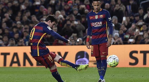 Lionel Messi scores from a free kick against Seville