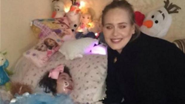 Adele meeting 12-year-old Rebecca Gibney at her home in Belfast (@tracygibney)